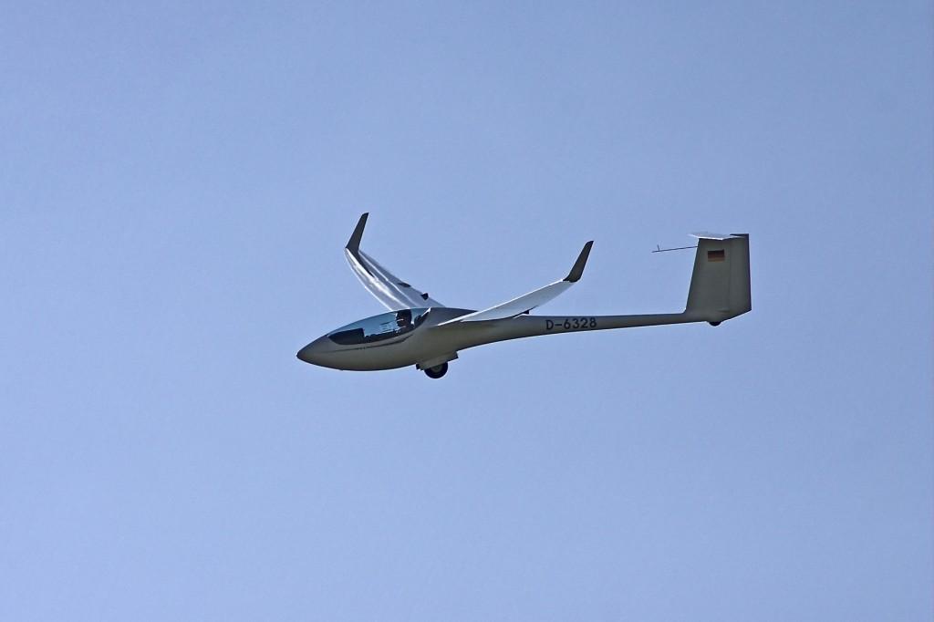 ASW28 D-6328 Einsitziges Segelflugzeug für Überlandflug und Wettbewerb. Die Spannweite lässt sich mit wenigen Handgriffen zwischen 15m und 18m ändern.