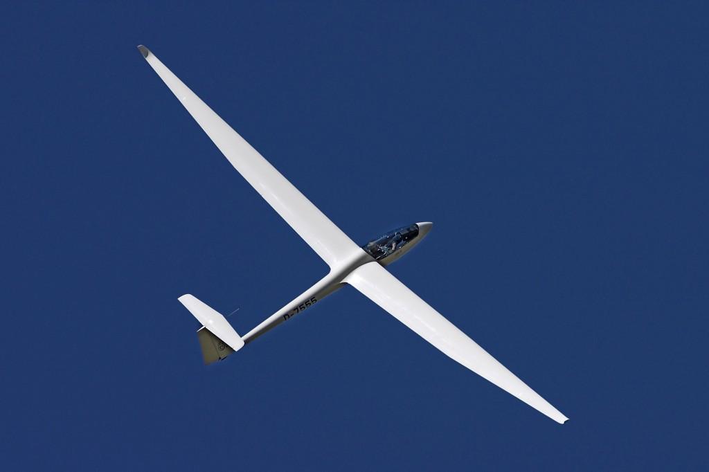 LS8 D-7555 Einsitziges Segelflugzeug für Überlandflug und Wettbewerb. Die Spannweite lässt sich mit wenigen Handgriffen zwischen 15m und 18m ändern.