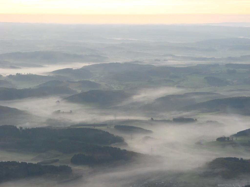 Das Sauerland im morgendlichen Herbstnebel.