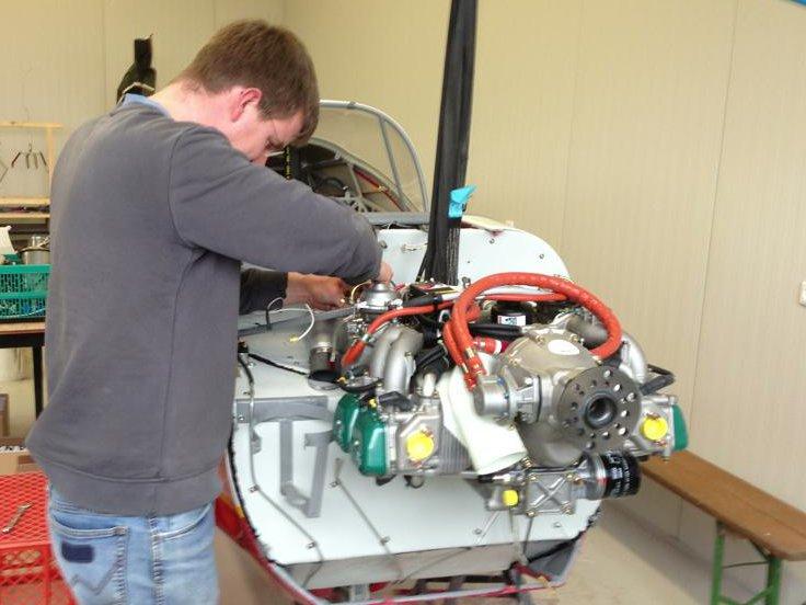Raphael beim Einbau des neuen Motorblocks