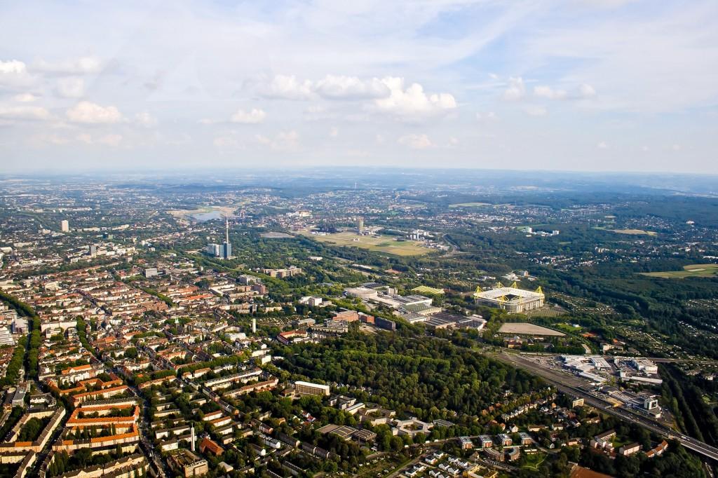 Dortmund mit dem Westfalenpark und dem Borussia-Stadion. Auch auf diesem Bild wird es am Horizont durch das benachbarte Sauerland zunehmend grüner und hügeliger.