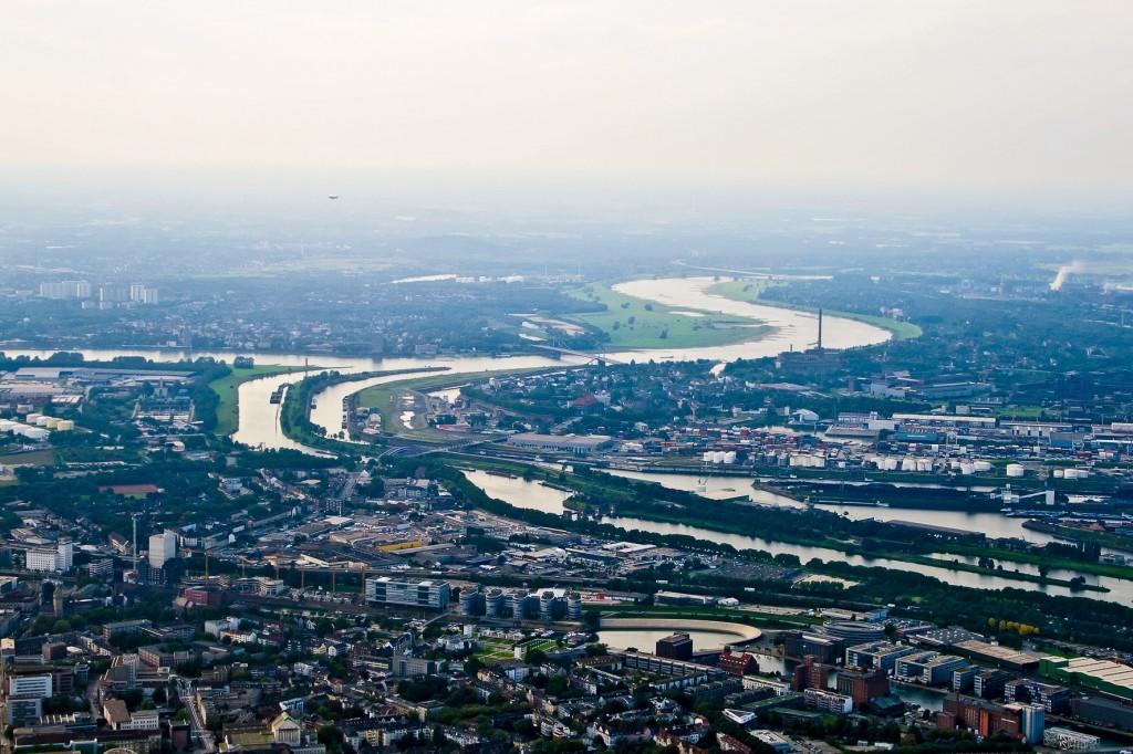 Die Ruhr entspringt im Hochsauerland und fließt in unmittelbarer Nähe unseres Segelfluggeländes weiter Richtung Westen. Auf diesem Bild mündet sie in den Rhein bei Duisburg.