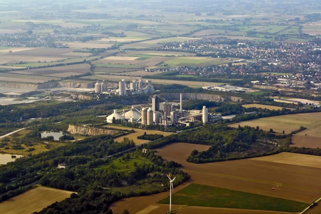 Zahlreiche Kalk- und Zementwerke - wie hier in Erwitte - stehen an der Grenze zwischen dem südlichen Paderborner Land und dem Sauerland.