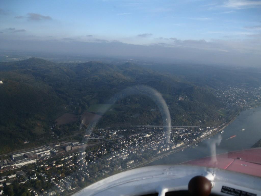 Siebengebirge Ungefähr 30 Flugminuten mit dem Motorsegler entfernt liegt das Siebengebirge am Rhein bei Bonn.