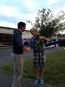 Ein besoners schönes und unbequemes Exemplar des Freiflug-Distelstrauches haben Tims Flugschülerfreunde für ihn gesammelt. Eine Freude für Bernd als Fluglehrer, ihn (den Strauch) schnell wieder loszuwerden.