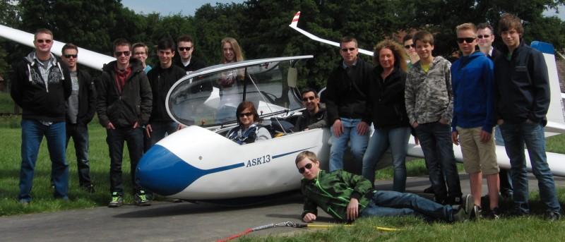 Bernd (im Flugzeug auf dem hinteren Sitz) und Raphael (rechts daneben stehend) sind unsere beiden neuen Fluglehrer. Die Flugschüler freuen sich über die Verstärkung bei den Fluglehrern.